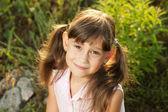 Cute dziewczynka wśród trawy — Zdjęcie stockowe