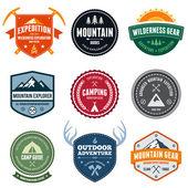 Distintivi di montagna — Vettoriale Stock