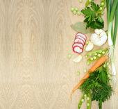 Fondo con verduras frescas en textura de madera — Foto de Stock