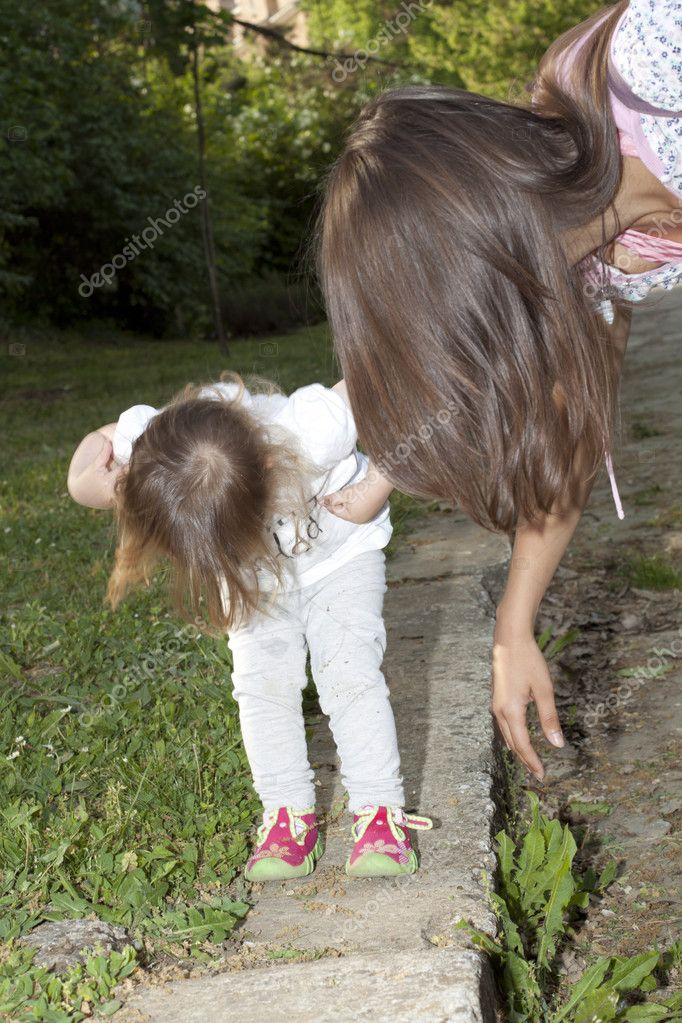 Mother and little daughter in a park — Stock Photo #11185964