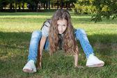 Kız çimlerin üzerine — Stok fotoğraf