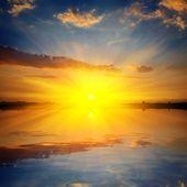 Dramático pôr do sol em um lago — Foto Stock