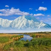 Majestic mountains beyond a prairies — Stock Photo