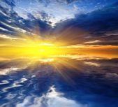Puesta de sol reflejada en un agua — Foto de Stock