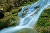 малые водные каскады на реке — Стоковое фото