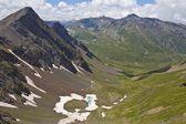 Sjön i en bergdal — Stockfoto