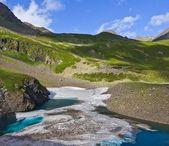 Szmaragdowe jeziora z kry w górach — Zdjęcie stockowe