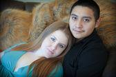 有吸引力的年轻孕妇夫妇 — 图库照片