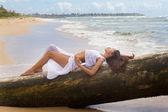 Schöne Frau entspannen im Paradies — Stockfoto