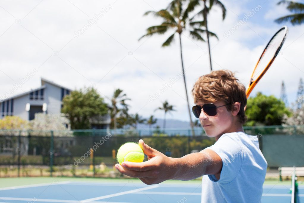 Teenage Boy shows determination serving the tennis Ball in  Hawaii — Stock Photo #12390097