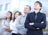 Бизнес-команда с довольно лидером — Стоковое фото
