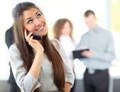 電話で美しいビジネス女性 — ストック写真