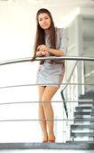 Mulher de negócios na escada — Foto Stock
