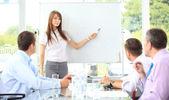 Mulher fazendo uma apresentação de negócios — Foto Stock