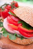 Gesunde schinken-sandwich mit tomaten und salat — Stockfoto