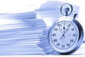 Stapel papier kaarten en stopwatch in blauw — Stockfoto