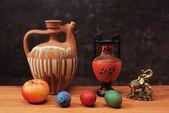 Ciotola in ceramica e uova dipinte — Foto Stock
