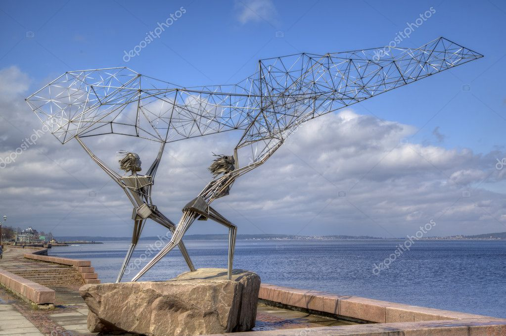 Sculpture of TWO FISHERMEN, CASTING A NET INTO THE LAKE in Petrozavodsk. Karelia, Russia — Stock Photo #10756632