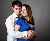 年轻的夫妇站灰色墙上撞在一起 — 图库照片