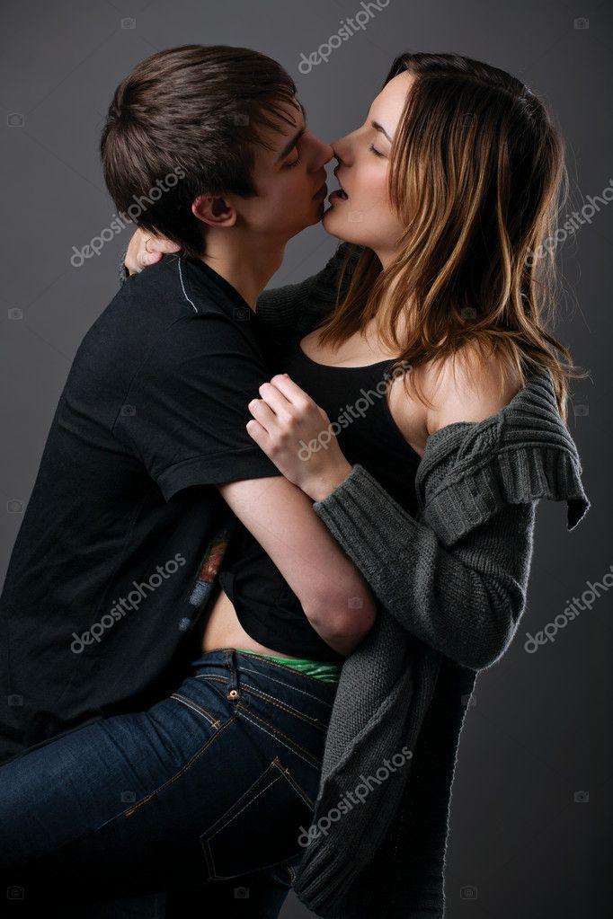 молодая парп страстно целуется фото