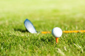 Close-up na bola de golfe e clube de golfe atrás — Fotografia Stock