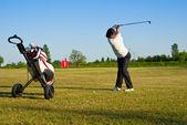 Golfista zasažení míče na driving range — Stock fotografie