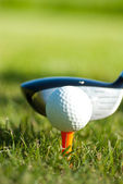Close-up op golf ball op een tee en golf club achter — Stockfoto