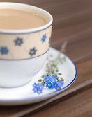 白いコーヒー、忘れな草 — ストック写真