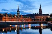 Noční pohled na christiansborg palacel v kodani — Stock fotografie