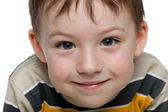 Closeup portret van een glimlachende kleine jongen — Stockfoto