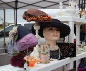 Chapéus vintage em mercado de pulgas. — Foto Stock