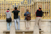 France, tourists take photographs of Versailles castle — Stock Photo