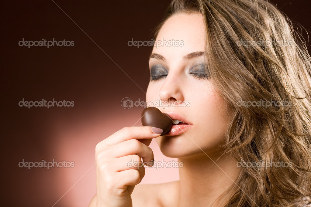 Portrait of a sensual brunette chocolate girl. — Stock Photo #11599434
