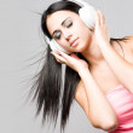 drömmande unga brunett njuter musik — Stockfoto