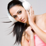 belleza morena con auriculares blancos — Foto de Stock