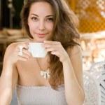linda jovem morena café apreciando — Foto Stock