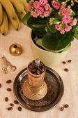 Natürmort kahve değirmeni, muz ve çiçekler — Stok fotoğraf