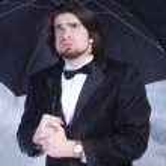 homem segurando guarda-chuva na chuva e suspirando — Foto Stock