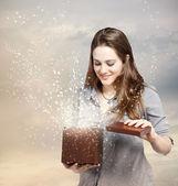 Kadın bir hediye kutusu açma — Stok fotoğraf