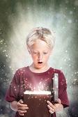 счастливый мальчик, открытие подарочной коробке — Стоковое фото