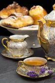 Levandule ochucený čaj s konvici a sladkosti — Stock fotografie