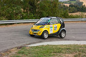 Mercedes Smart in hairpin bend — Stock Photo