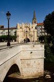 Brücke und santa maria, burgos-bogen. spanien — Stockfoto