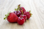 Cherry and strawberry — Stock fotografie