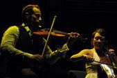 Houslista a violoncello herec na jevišti — Stock fotografie