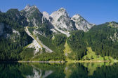 Mountains bordering a lake — Stock Photo