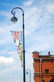 Gatubelysning med banners av dagen av staden tillkännagivandet. — Stockfoto