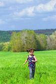 Ragazzino divertirsi all'aperto su campo verde — Foto Stock