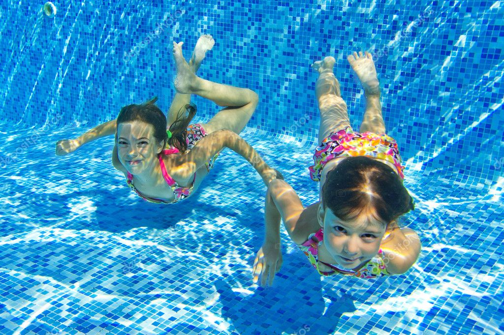 Happy smiling underwater children in swimming pool — Stock ...