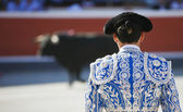 Bullfighter facing the bull — Stock Photo